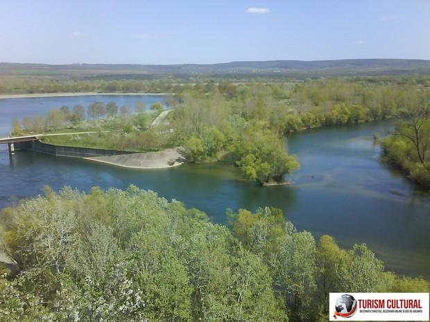 Ripiceni judetul Botosani, barajul Stanca Costesti, in spatele barajului.