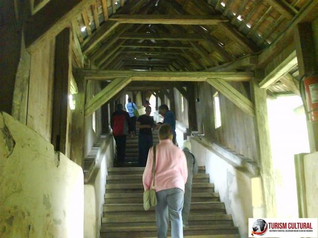 Biertan tunel din lemn spre biserica