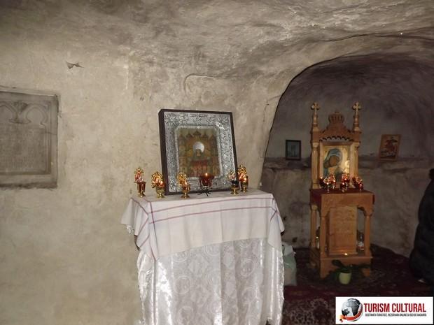 Manastirea Cetatuia Negru Voda interiorul bisericii rupestre