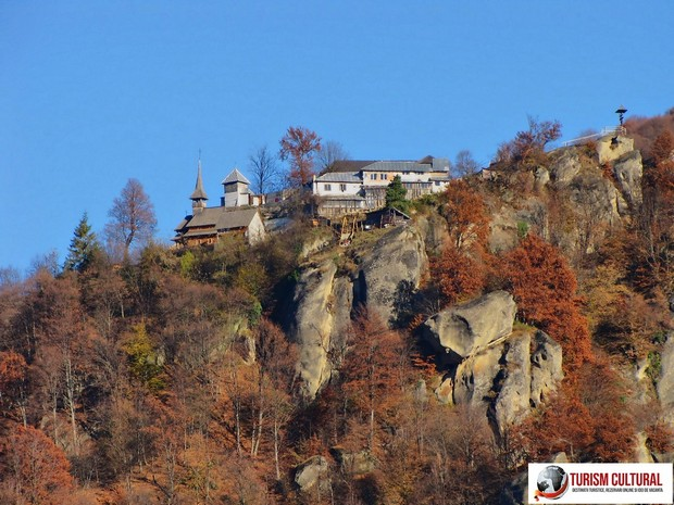 Manastirea Cetatuia Negru Voda vedere generala (la poalele muntelui)