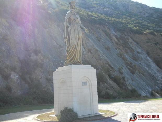 Efes Casa Fecioarei Maria statuia Fecioarei aflata la intrarea pe drumul (6 kilometri ) spre casa fecioarei