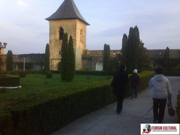 Iasi Cetatuia iesirea din manastire pe sub turnul clopotnita