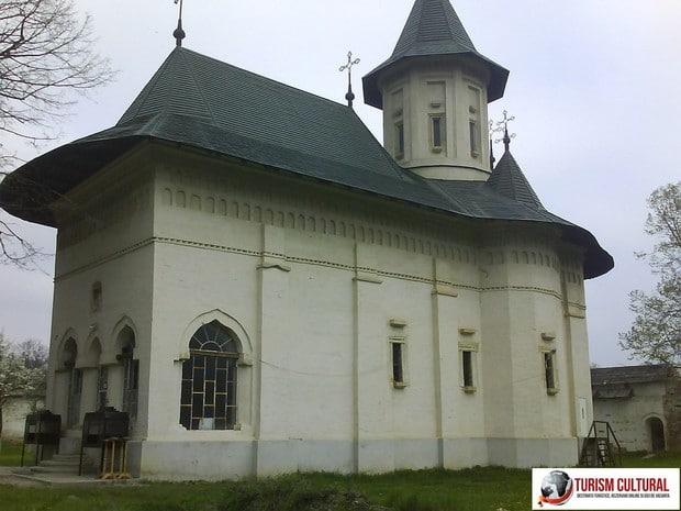 Manastirea Mera biserica (diverse stiluri)