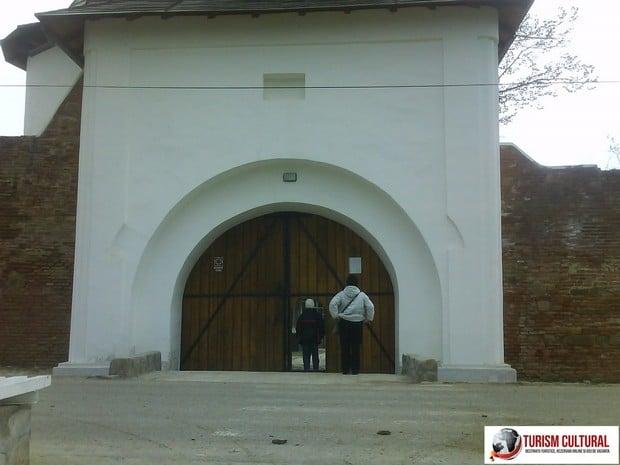Manastirea Mera intrarea in manastire