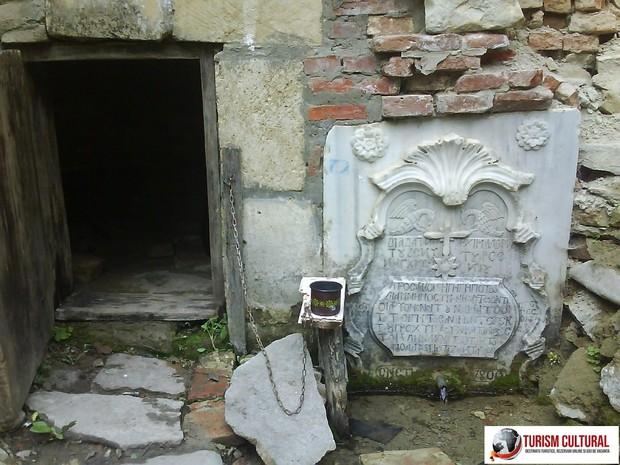Manastirea Mera izvor subteran (se putea evada pe aici)
