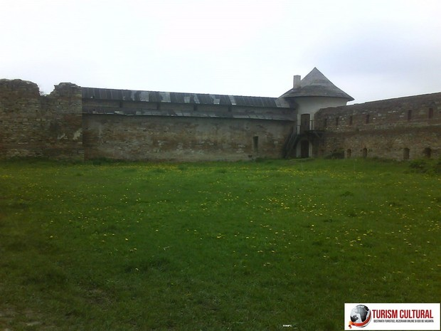 Manastirea Mera turn aparare (vedere de la distanta)