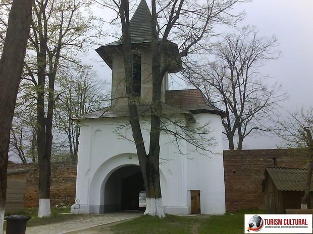 Manastirea Mera turnul clopotnita