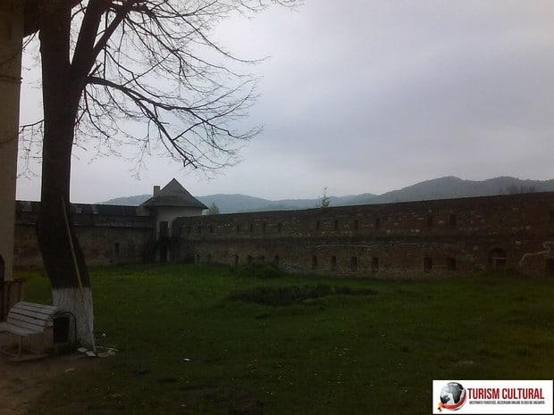 Manastirea Mera zid aparare interior