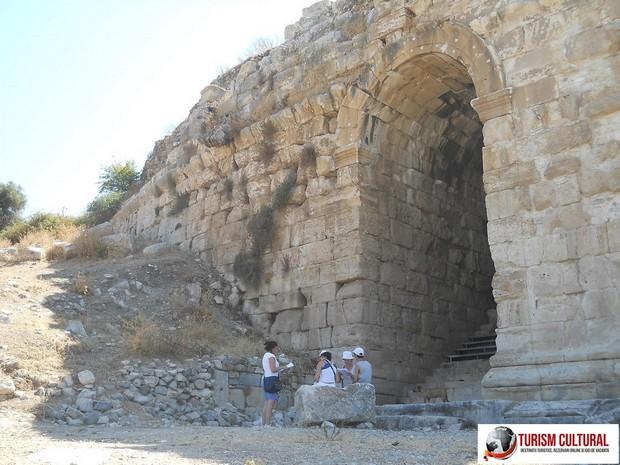 Milet una din cele doua intrari in teatru