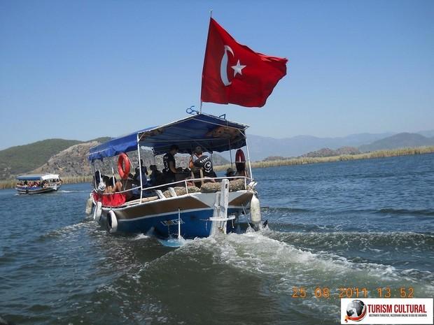 Turcia Dalyan barci in delta in drum spre orasul Dalyan