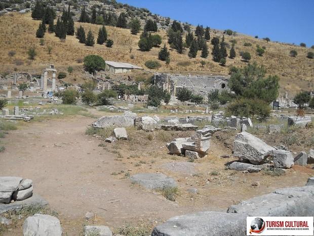 Turcia Efes agora de sus (cu Odeonul in spate)