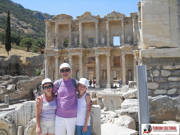 Turcia Efes biblioteca lui Celsus (in fata bibliotecii)
