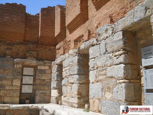 Turcia Efes biblioteca lui Celsus (in spatele bibliotecii)