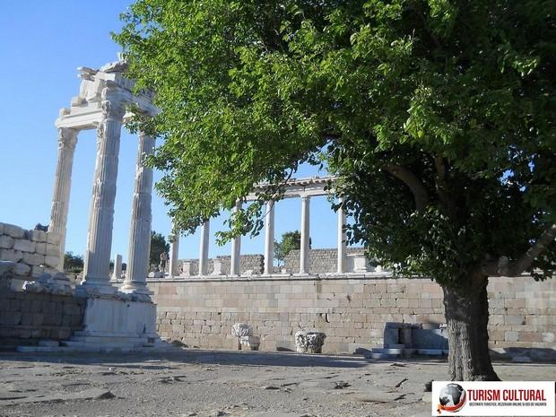 Turcia Pergam templul lui Traian