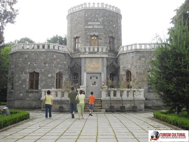 Campina castelul Iulia Hasdeu la intrare