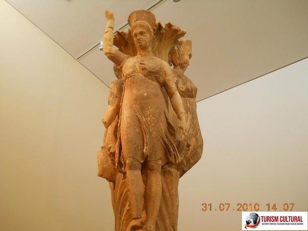 Grecia Delphi muzeu coloana celor trei dansatoare