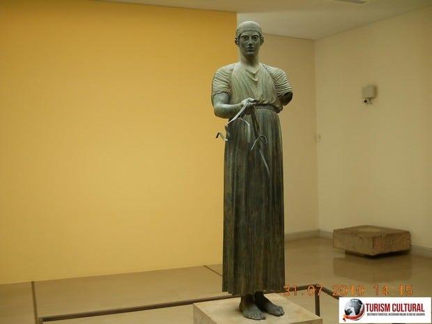 Grecia Delphi muzeu conducatorul de car