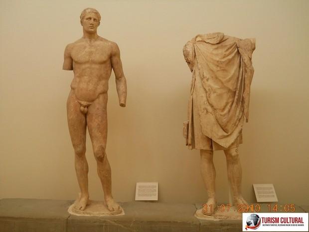 Grecia Delphi muzeu statui