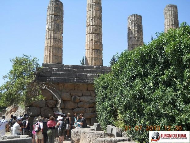 Grecia Delphi templul lui Apollo turisti francezi