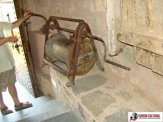 Grecia Meteora manastirea Marele Meteor scripete de urcat calugarii cu plasa