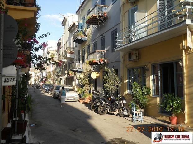 Grecia Nafplio strada pitoreasca (cu flori la balcoane)