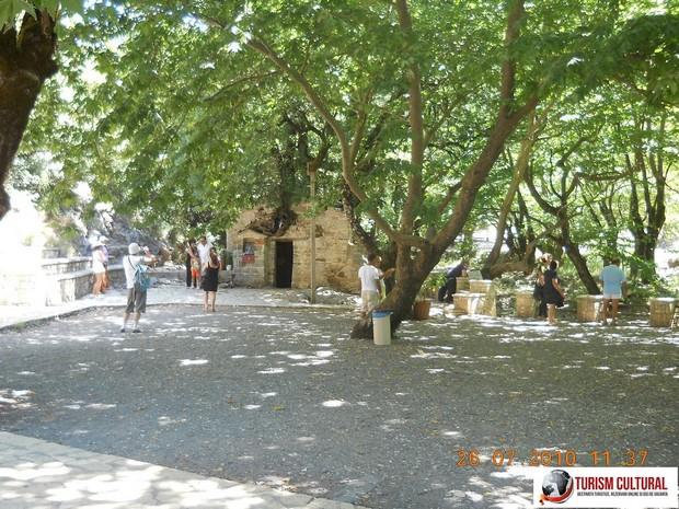 Grecia Vasta parculetul din fata bisericii