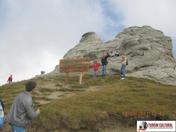 Muntii Bucegi Sfinxul din spatele megalitului