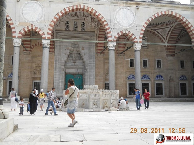 Turcia Edirne Moscheea Selimiye curtea interioara fantana
