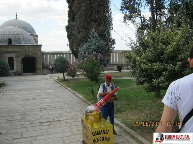 Turcia Edirne Moscheea Selimiye vanzator de osmanli macunu