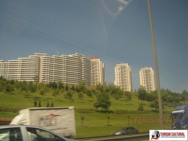 Turcia Istanbul blocuri langa autostrada