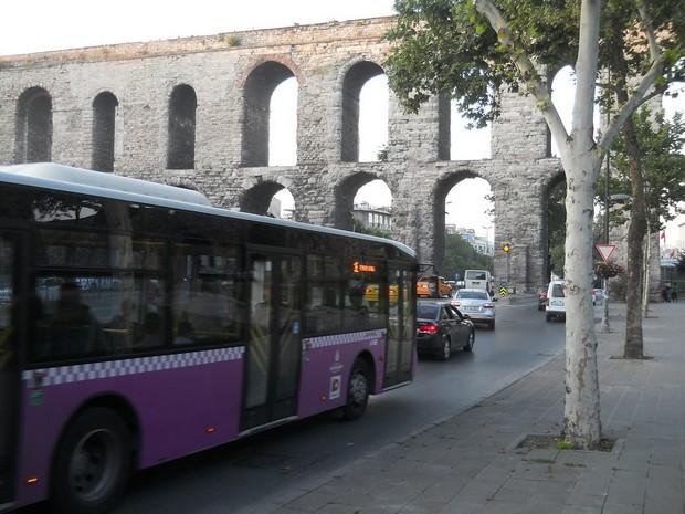 Turcia Istanbul Apeductul lui Valens autobuz