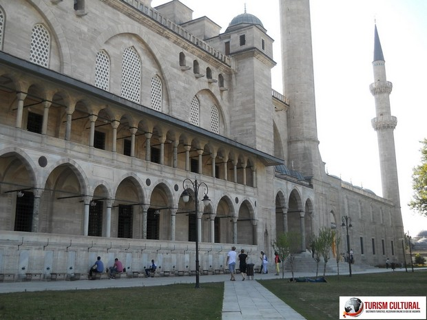 Turism Cultural - Istanbul Moscheea Suleymaniye curte Cornul de Aur