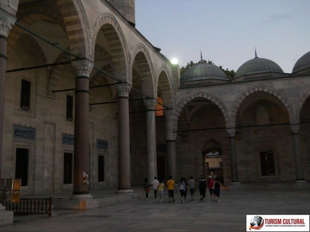Turism Cultural - Turcia Istanbul Moscheea Suleymaniye grupul de romani