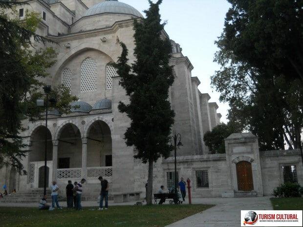 Turism Cultural - Turcia Istanbul Moscheea Suleymaniye intrarea in cimitir