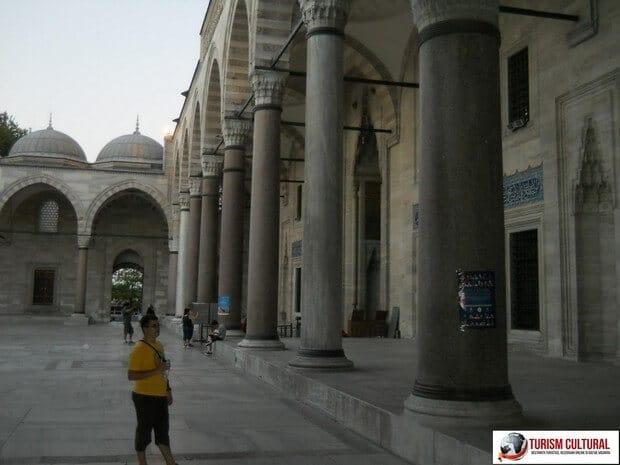 Turism Cultural - Turcia Istanbul Moscheea Suleymaniye intrarea