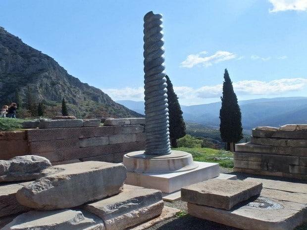 Turism Cultural - Grecia Delphi coloana cu serpi replica