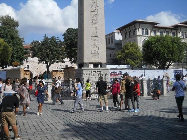Turism Cultural - Turcia Istanbul hipodrom obelisc Theodosius turisti americani