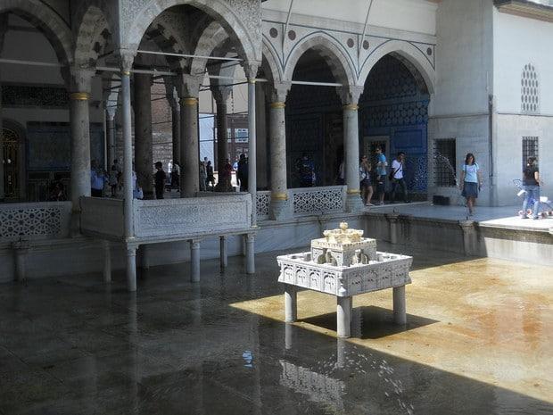 Turism Cultural - Turcia Istanbul Palatul Topkapi pavilionul Revan curte interioara