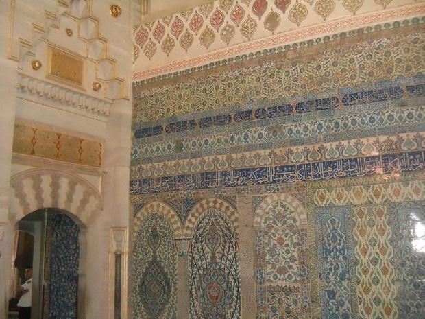Turism Cultural - Istanbul harem faianta Iznik motive florale